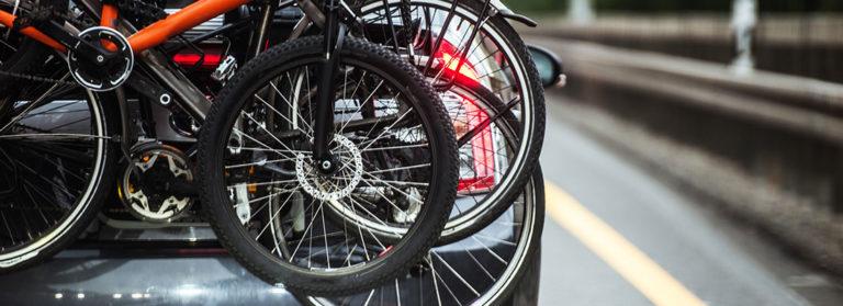 Drei Fahrräder auf einem Heck-Fahrradträger